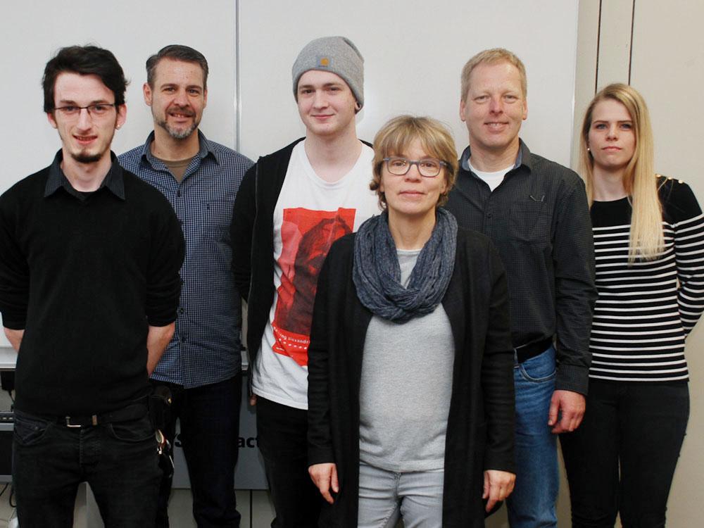 Die Absolventen der Abteilung Druck/Medien mit ihren Lehrpersonen (v.l.n.r.): Marcel Henninger, Wulf Reinhardt, Dominik Winter, Birgit Wanke, Jochen Goerke, Kristin Hild.