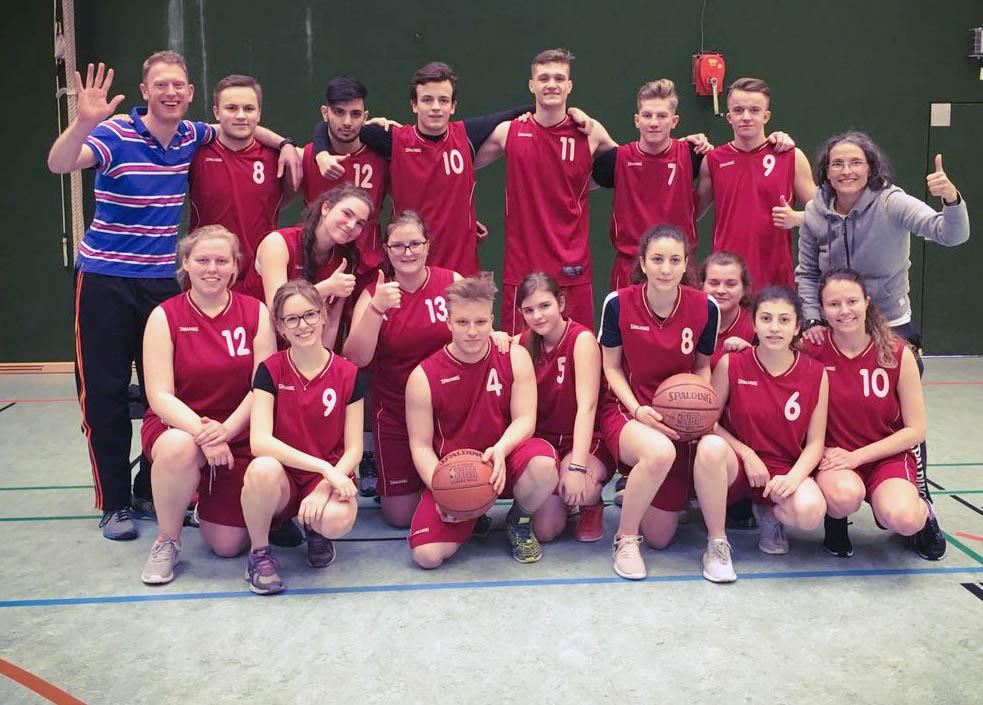 RWB Essen - Basketballturnier in Münster 2018 - Gruppenbild der RWB-Mannschaften mit ihrem Trainer und ihrer Trainerin