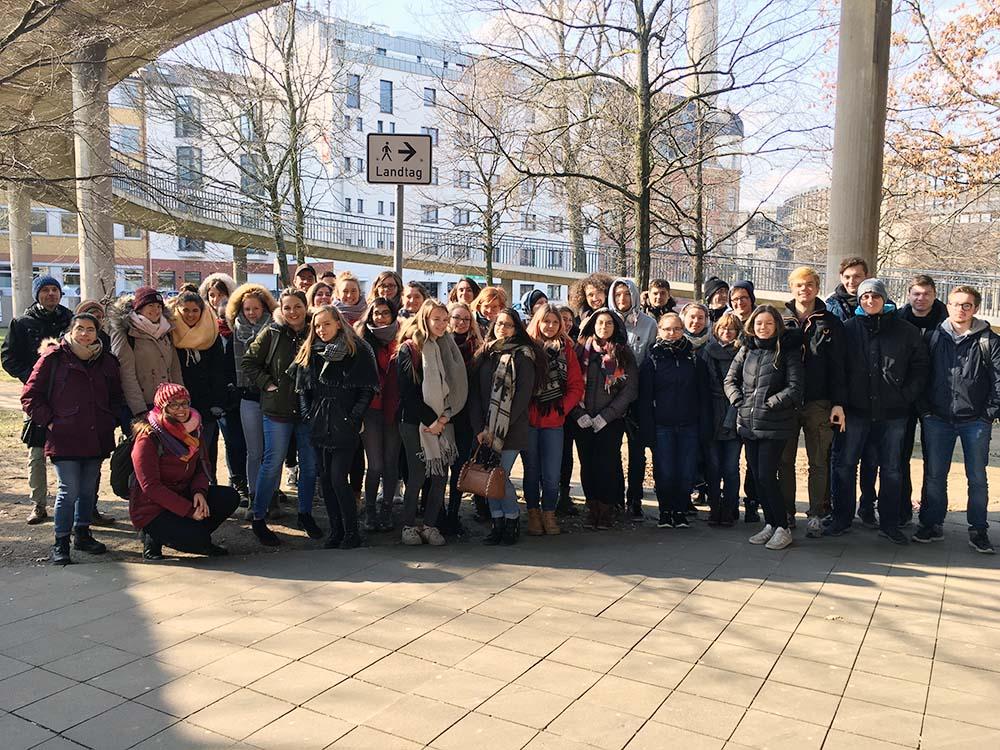 RWB Essen - Besuch des Landtags in Düsseldorf - Gruppenbild aller Teilnehmerinnen und Teilnehmer