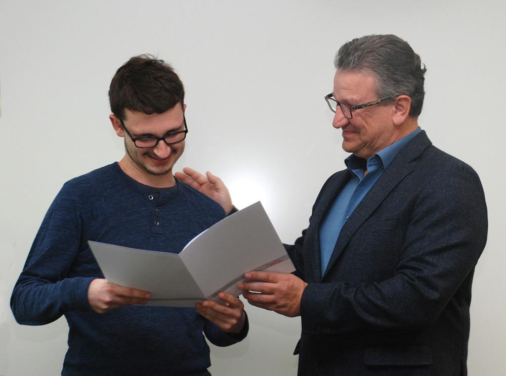 Der Absolvent (Fachpraktiker Produktdesign) erhält sein Abschlusszeugnis aus den Händen des stellvertretenden Schulleiters Franjo Görgen.
