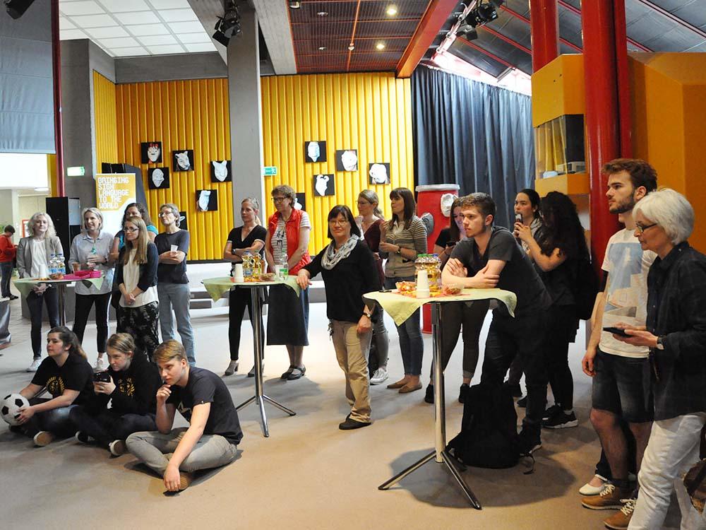 """RWB Essen - Kunstprojekt """"Alles Theater"""" - Besucher der Ausstellungseröffnung im Pädagogischem Zentrum"""
