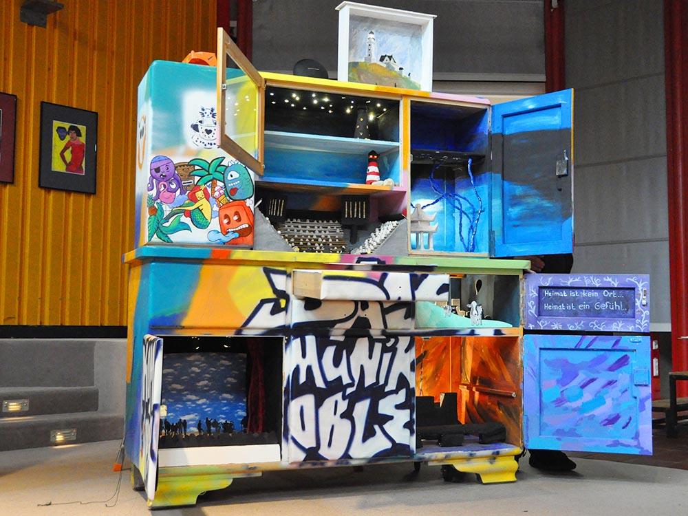 """RWB Essen - Kunstprojekt """"Alles Theater"""" - Der Schrank mit den geöffneten Türen und Schubladen"""