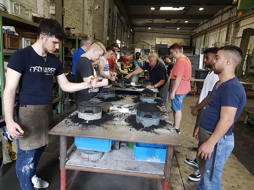RWB Essen - Exkursion zur Henrichshütte in Hattingen - Die Schüler stellen unter Anleitung erfahrener Meister die Gussformen für ihre Aluminiumguss-Figuren her.