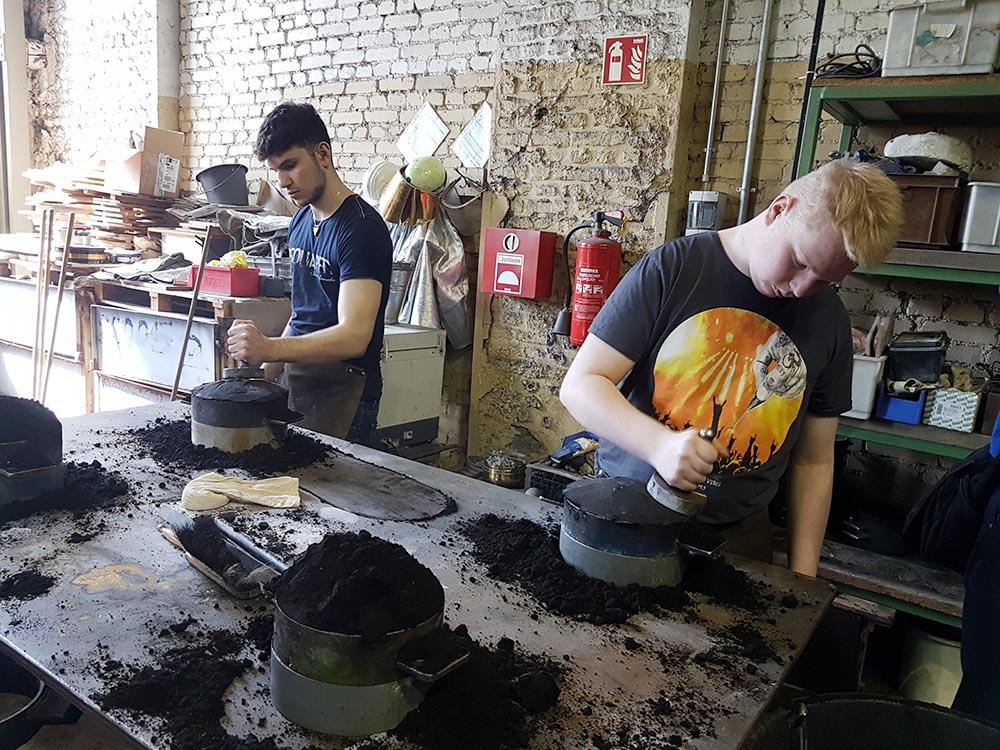 RWB Essen - Exkursion zur Henrichshütte in Hattingen - Eine saubere Arbeit war das nicht. Die Schüler sind in die Arbeit vertieft.
