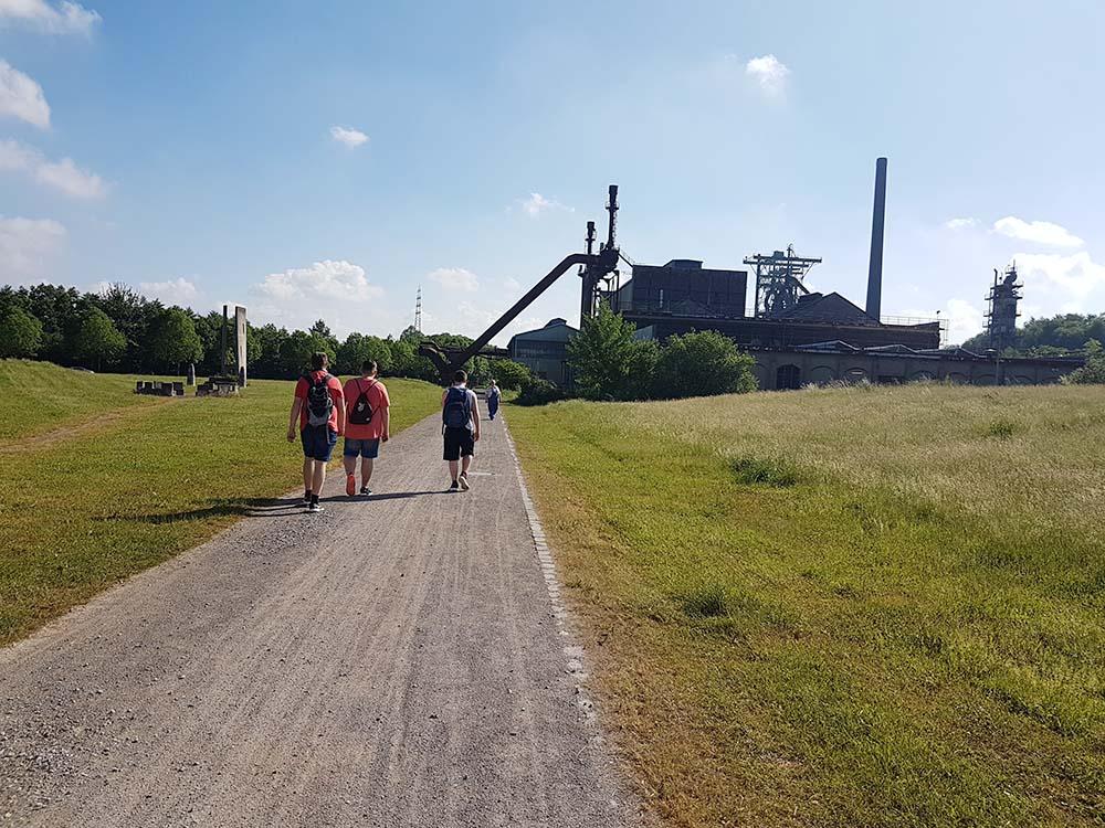 RWB Essen - Exkursion zur Henrichshütte in Hattingen - Martin Dülme begrüßt die Schüler und Kollegen schon auf dem Weg zur Henrichshütte.
