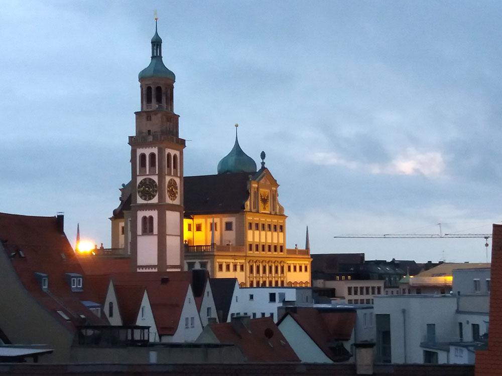 RWB Essen - Studienfahrt nach Augsburg - Blick aus einem Apartment auf das Augsburger Rathaus und den Perlachturm