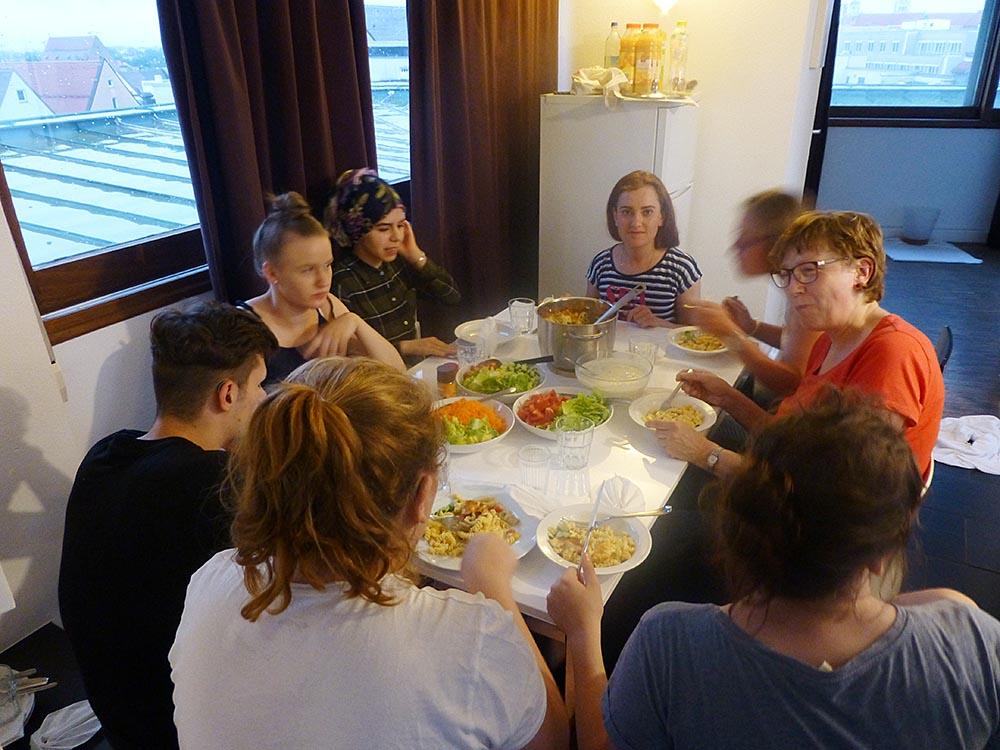 RWB Essen - Studienfahrt nach Augsburg - Raum für Geselligkeit in einem Apartment