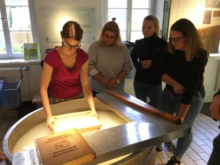 RWB Essen -   Besuch im Papiermuseum - Das Schöpfen eines eigenen Papierblatts