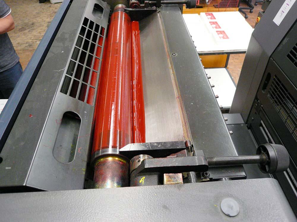RWB Essen - Schulkalender 2018/2019 - Die Druckfarbe wird in die Offsetdruckmaschine eingefüllt.