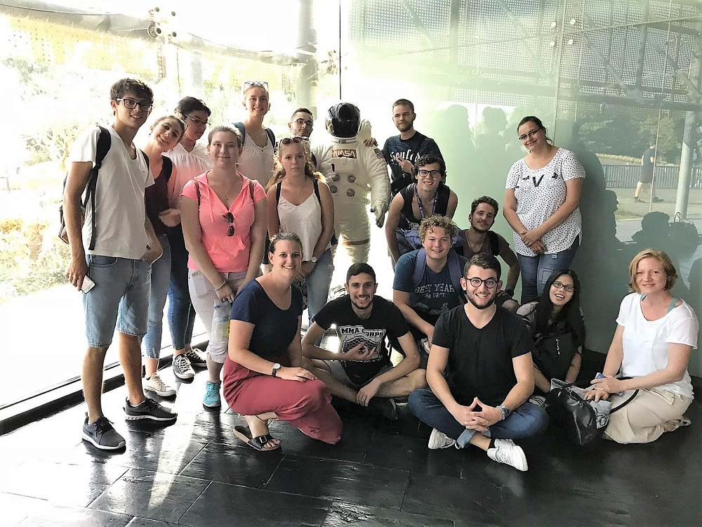 RWB Essen - Studienfahrt nach Toulouse - Gruppenfoto mit Astronaut