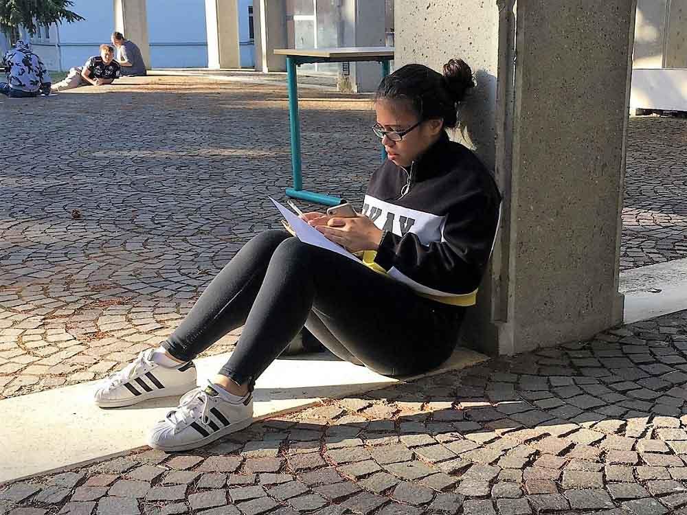 RWB Essen - Studienfahrt nach Toulouse - Eine Schülerin konzentriert bei der Arbeit.