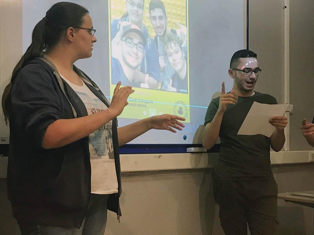 RWB Essen - Studienfahrt nach Toulouse -  Stadtrallye - Eine Schülerin und ein Schüler präsentieren ihre Ergebnisse bei der Stadtrallye.