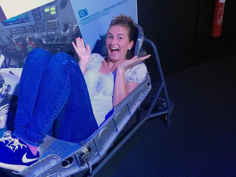 RWB Essen - Studenfahrt nach Toulouse - Eine Schülerin in einer Raumkapsel