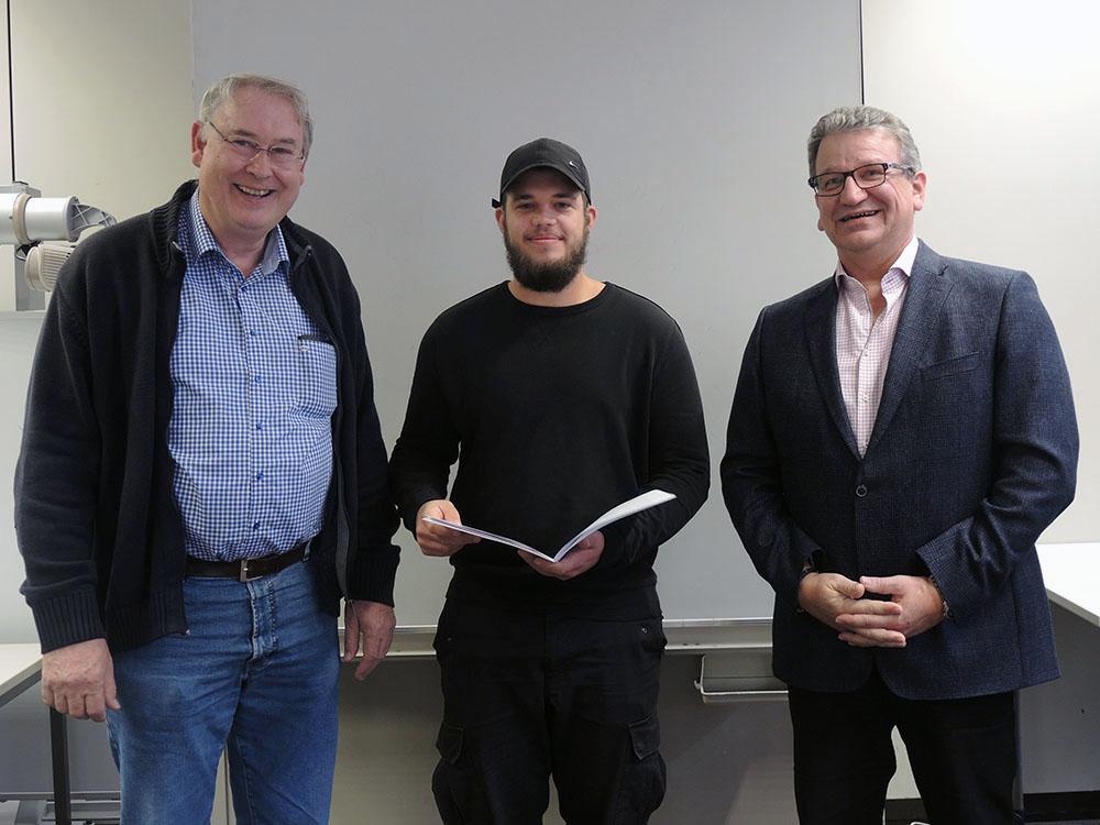 RWB Essen - Abschlussfeier 3,5 jährige Berufe Metall/Elektro 2018 - KFZ-Mechatroniker Jannis Schoepe (Mitte) mit stellvertretendem Schulleiter Franjo Görgen (rechts) und seinem Klassenlehrer (links)