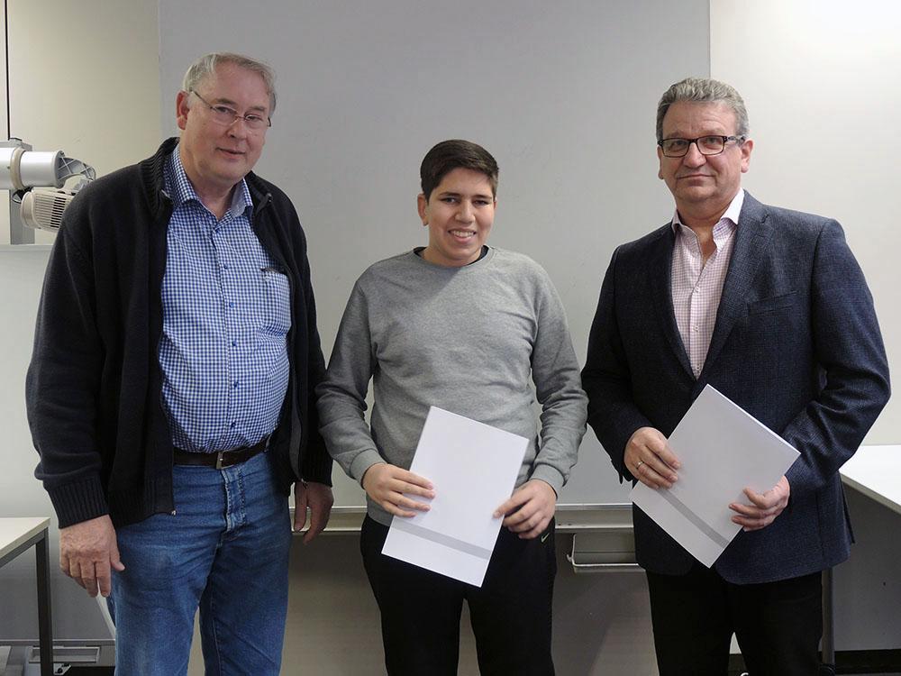 RWB Essen - Abschlussfeier 3,5 jährige Berufe Metall/Elektro 2018 - KFZ-Mechatroniker Muhammed-Ali Konuk (Mitte) mit stellvertretendem Schulleiter Franjo Görgen (rechts) und seinem Klassenlehrer (links)