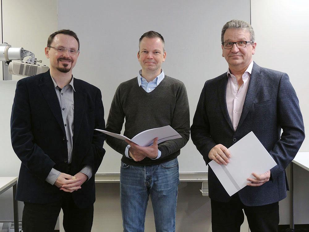 RWB Essen - Abschlussfeier 3,5 jährige Berufe Metall/Elektro 2018 - Produktdesigner Thomas Rießelmann (Mitte) mit stellvertretendem Schulleiter Franjo Görgen (rechts) und  und seinem Klassenlehrer (links)