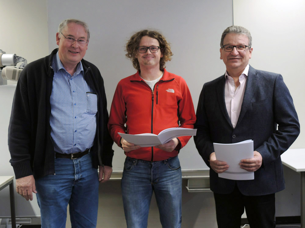 RWB Essen - Abschlussfeier 3,5 jährige Berufe Metall/Elektro 2018 - KFZ-Mechatroniker Benjamin Christ (Mitte) mit stellvertretendem Schulleiter Franjo Görgen (rechts) und seinem Klassenlehrer (links)