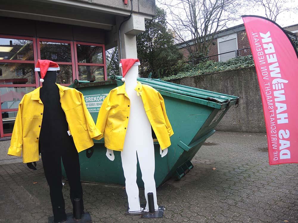 RWB Essen - Berufsbörse 2018 - Zwei Besucher vor der Bauhalle