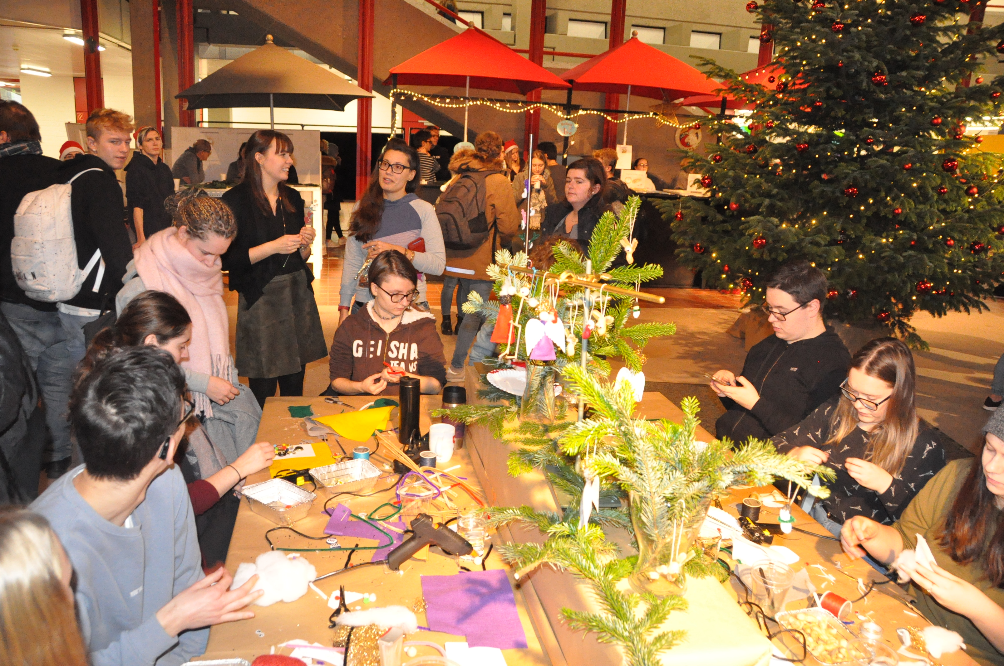 RWB Essen - Weihnachtsmarkt 2018 - Es wurde eifrig gebastelt.