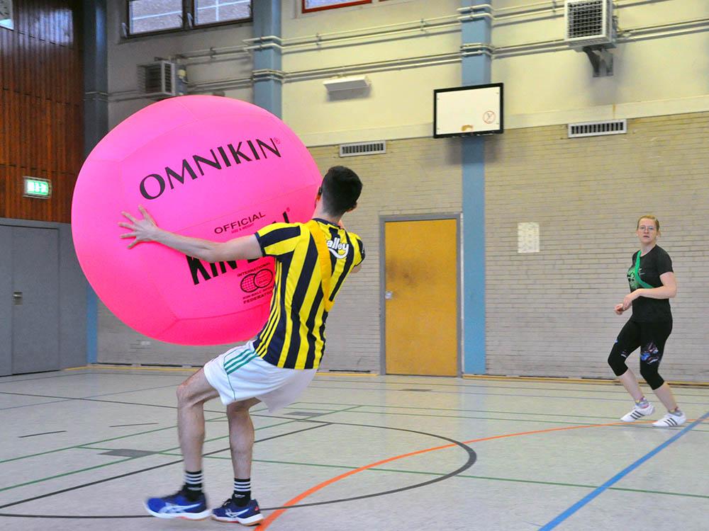 RWB Essen - Kin Ball Turnier 2018 - Ein Spieler mit dem Kin Ball.