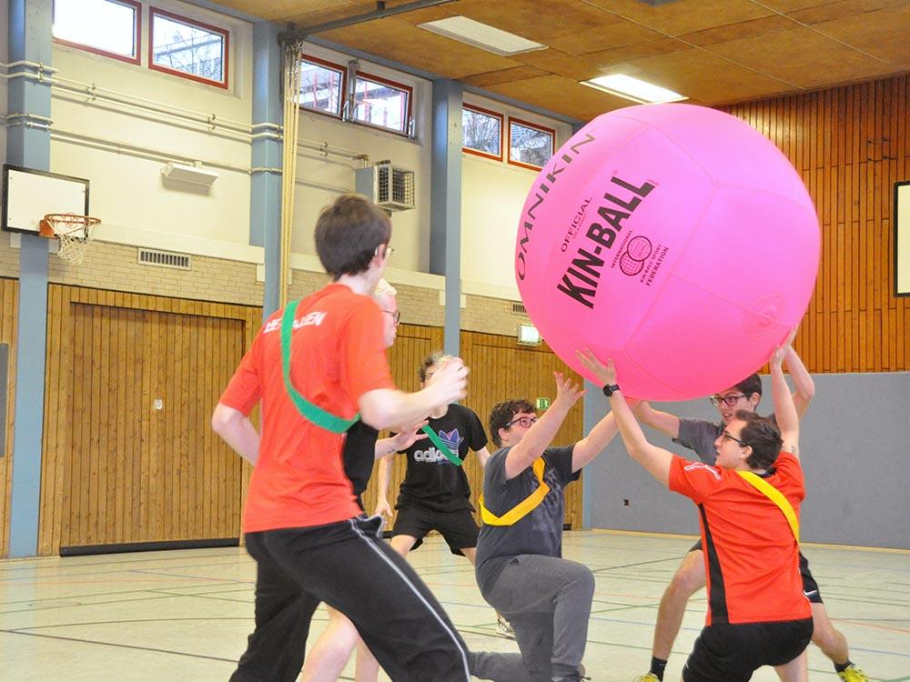RWB Essen - Kin Ball Turnier 2018 - Ein Team stellt sich auf.