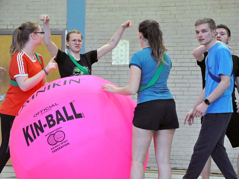 RWB Essen - Kin Ball Turnier 2018 - Ein Team berät sich.