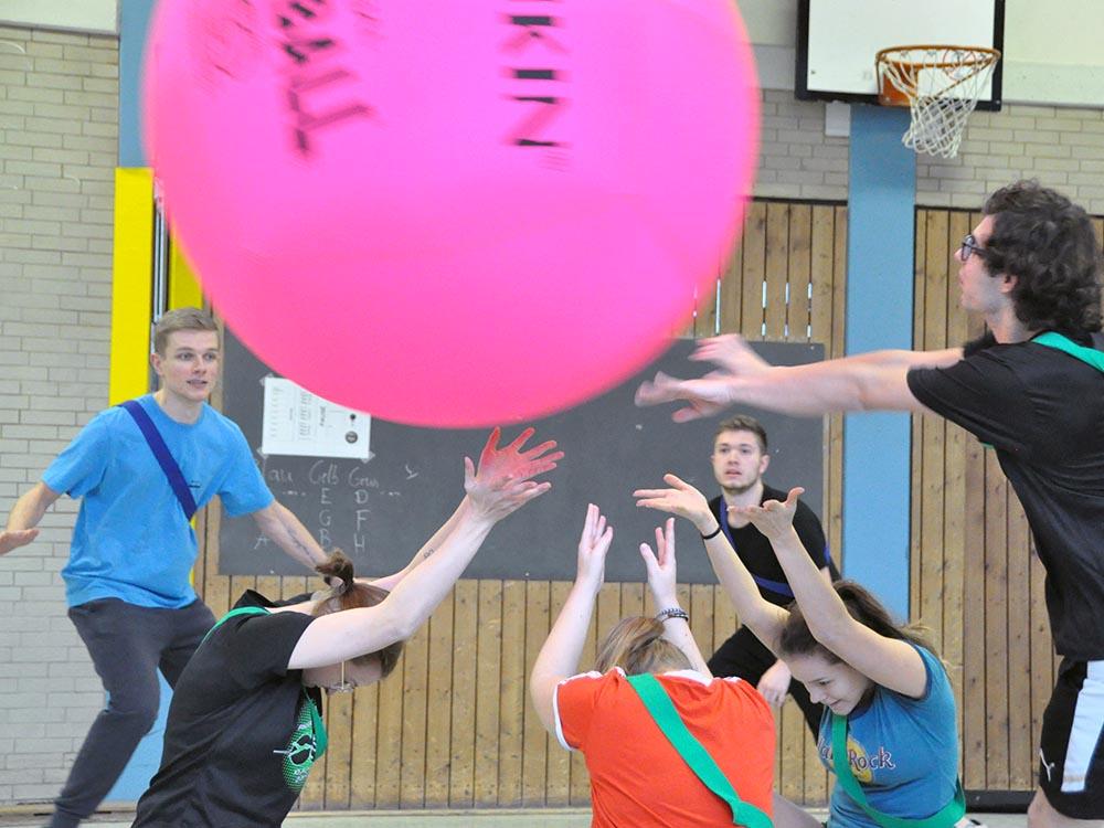 RWB Essen - Kin Ball Turnier 2018 - Ein Team macht den Abschlag.