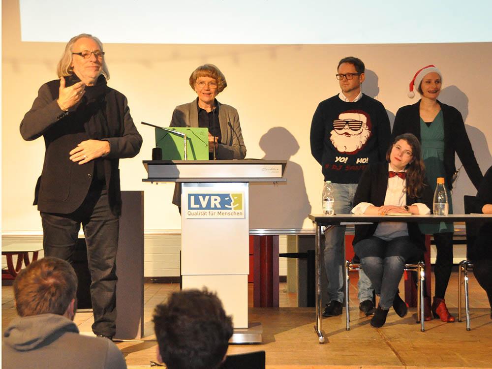 RWB Essen - Kunstauktion 2018 - Die Schulleiterin eröffnet die Kunstauktion.