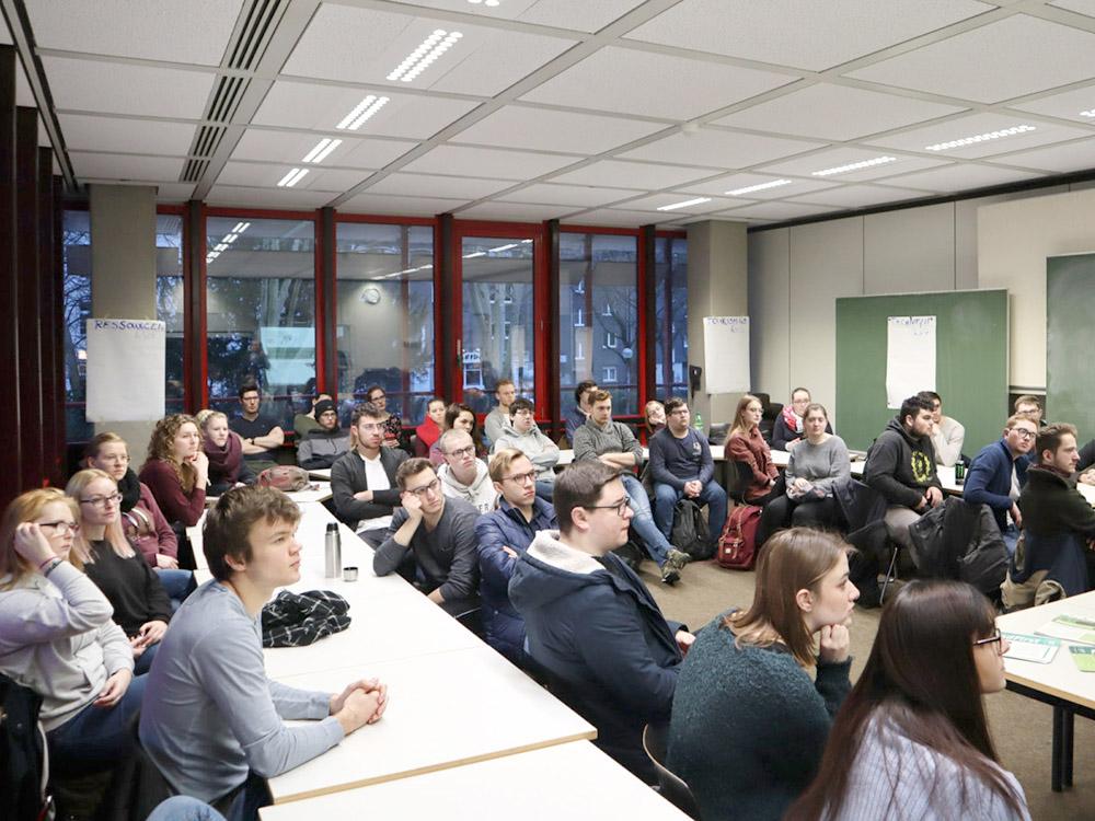RWB Essen - GL-Projekttag 13er Klassen - Zuschauerinnen und Zuschauer bei den Präsentationen