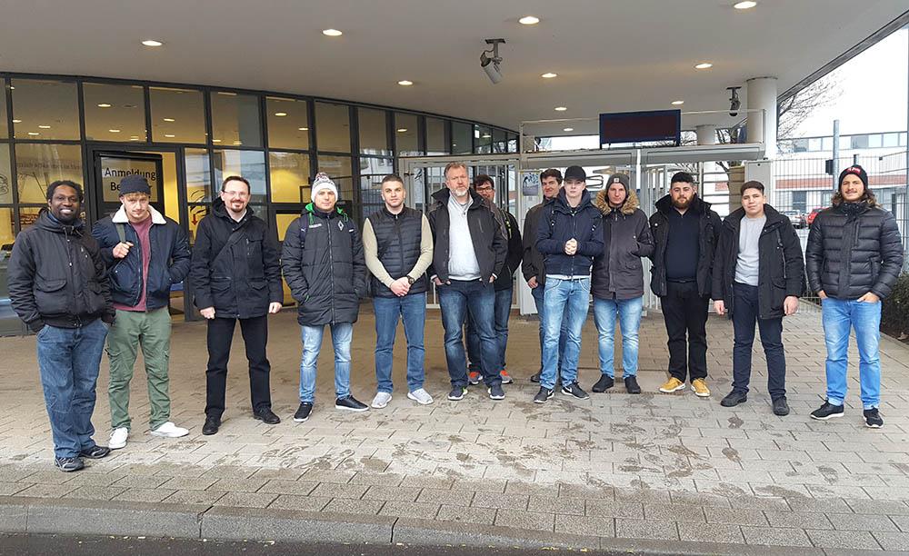 RWB Essen - Besuch des Mercedes Benz Werks - Gruppenbild der Teilnehmer