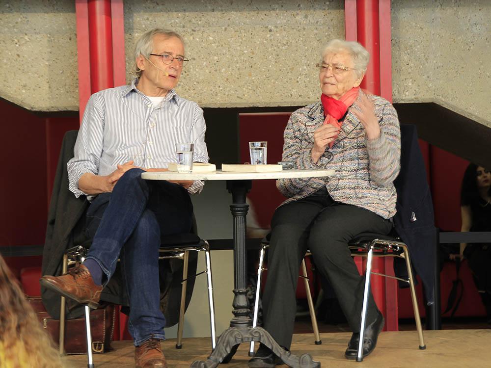 RWB Essen - Besuch der Zeitzeugin des Nationalsozialismus Ruth Weiss - Ruth Weiss beantwortet die Fragen der Schülerinnen und Schüler.