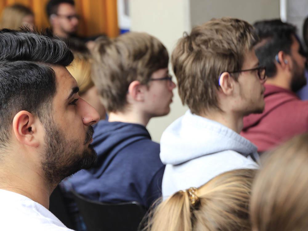 RWB Essen - Besuch der Zeitzeugin des Nationalsozialismus Ruth Weiss - Schülerinnen und Schüler verfolgen gebannt ihre Erzählungen.