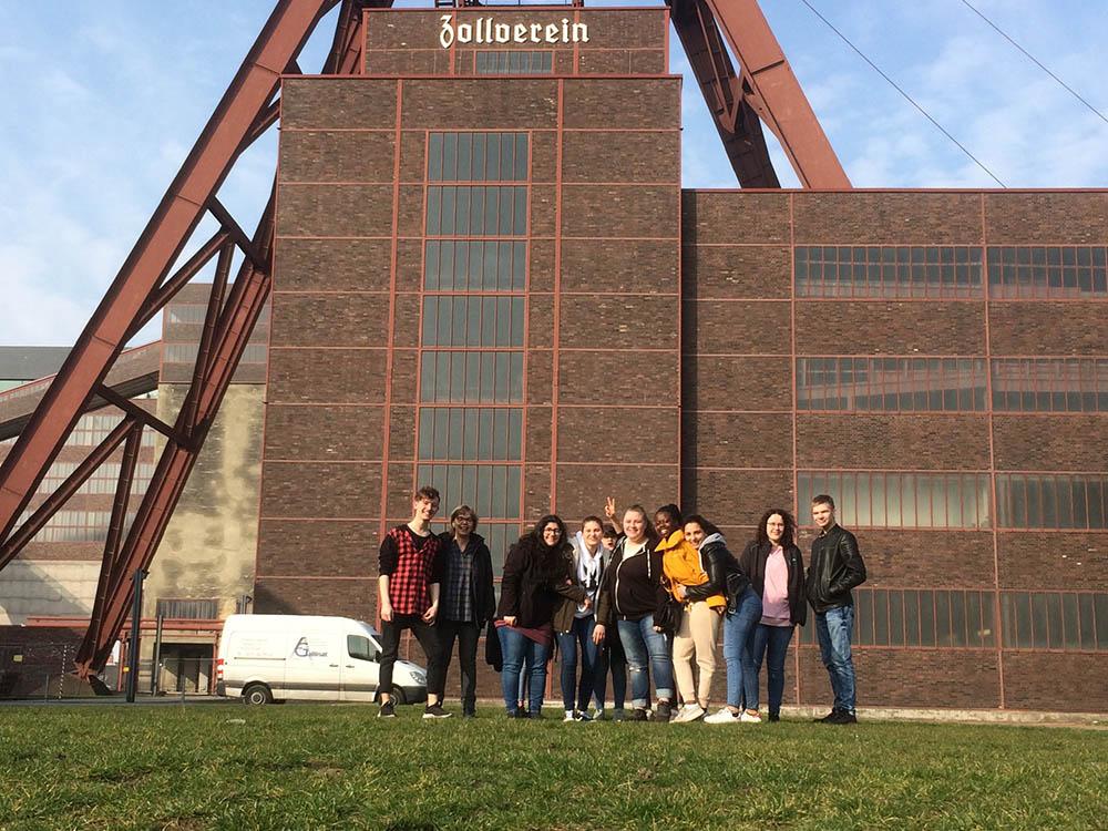 RWB Essen - Besuch des Red Dot Design Museums - Gruppenbild  vor dem Förderturm der Zeche Zollverein