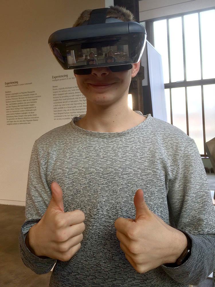 RWB Essen - Besuch des Red Dot Design Museums - Ausstellungsobjekte - Virtuelle Brillen zum Anprobieren