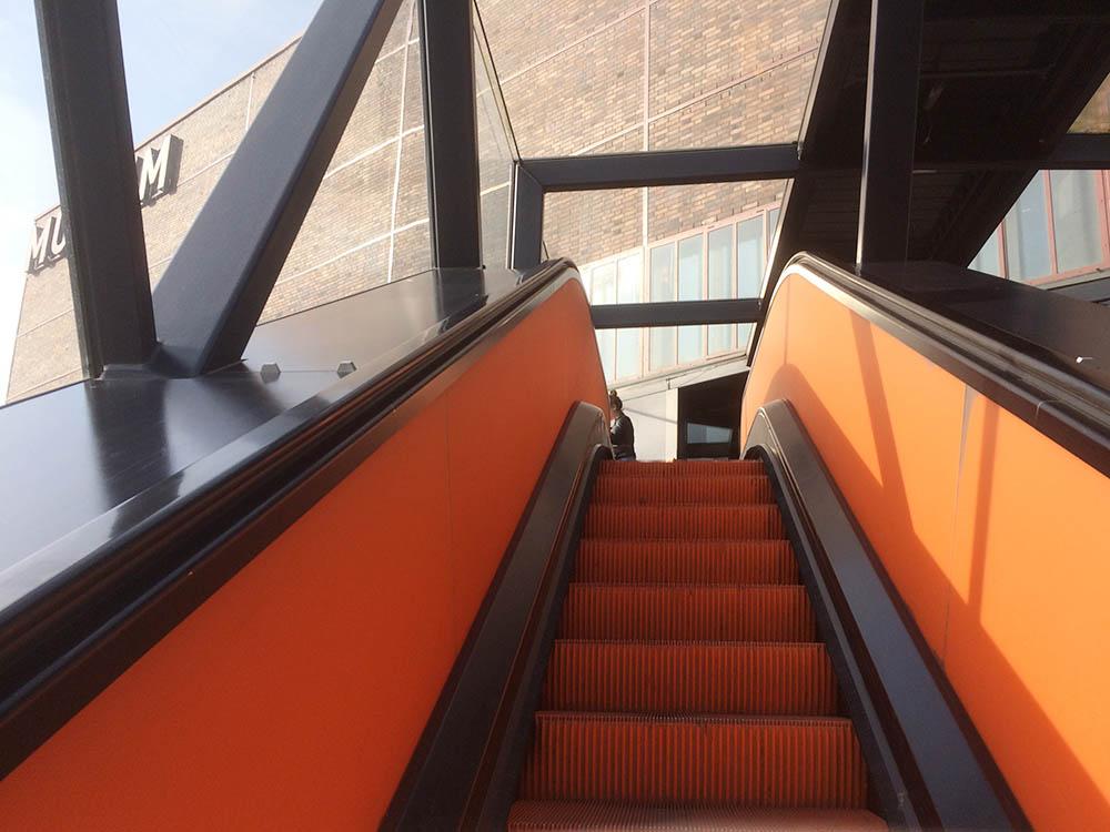 RWB Essen - Besuch des Red Dot Design Museums - Rolltreppe zum Besucherzentrum der Zeche Zollverein