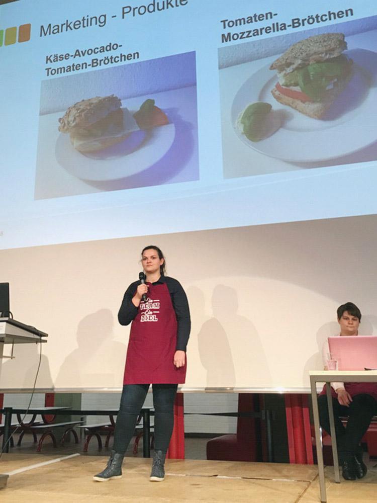 """RWB Essen - Präsentation der Abschlussprojekte der Fachschule Wirtschaft - Der """"Veggie-Bus"""" hat auch vegetarische Brötchen im Angebot."""