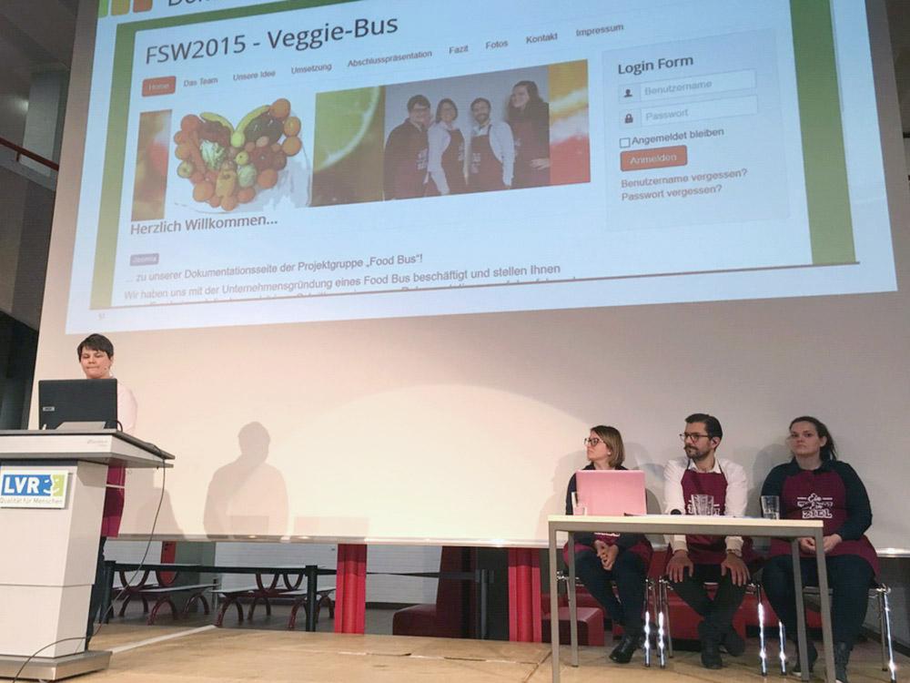 """RWB Essen - Präsentation der Abschlussprojekte der Fachschule Wirtschaft - Die Projektgruppe """"Veggie-Bus"""" stellt ihre Homepage vor."""