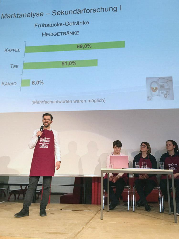 """RWB Essen - Präsentation der Abschlussprojekte der Fachschule Wirtschaft - Die Projektgruppe """"Veggie-Bus"""" präsentiert ihre Marktanalyse."""