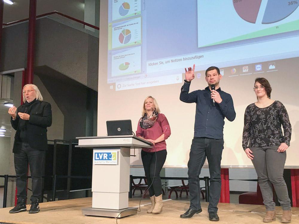"""RWB Essen - Präsentation der Abschlussprojekte der Fachschule Wirtschaft - Die Projektgruppe """"Mobiler Gassi-Service"""" vor den Ergebnissen der Umfrage."""