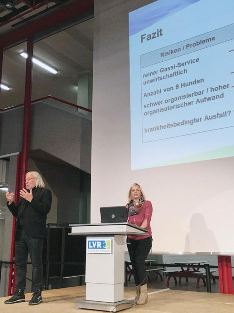"""RWB Essen - Präsentation der Abschlussprojekte der Fachschule Wirtschaft - Die Projektgruppe """"Mobiler Gassi-Service"""" stellt ihr Fazit vor."""