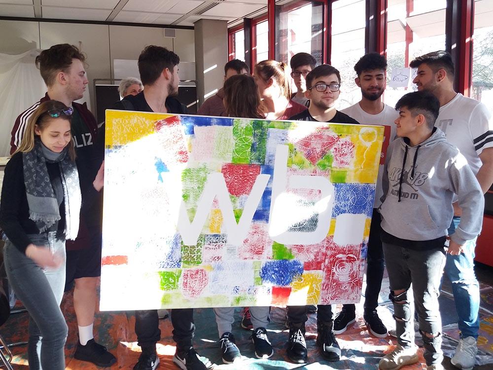 RWB Essen - Kreativer Projekttag in der Abteilung Wirtschaft und Verwaltung - Die Schülerinnen und Schüler präsentieren ihre gemeinsame Arbeit.