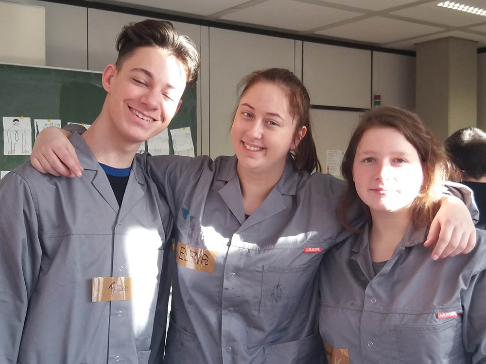 RWB Essen - Kreativer Projekttag in der Abteilung Wirtschaft und Verwaltung - Die Schülerinnen und Schüler zeigen viel Teamgeist.