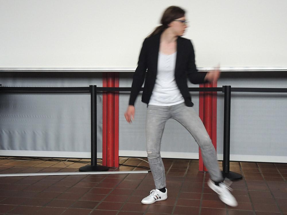 RWB Essen - RWB Essen - Abschlussfeier der Abteilung Technik - Die Absolventin Katja führt einen energiegeladenen Tanz zu Musik von Michael Jackson vor.