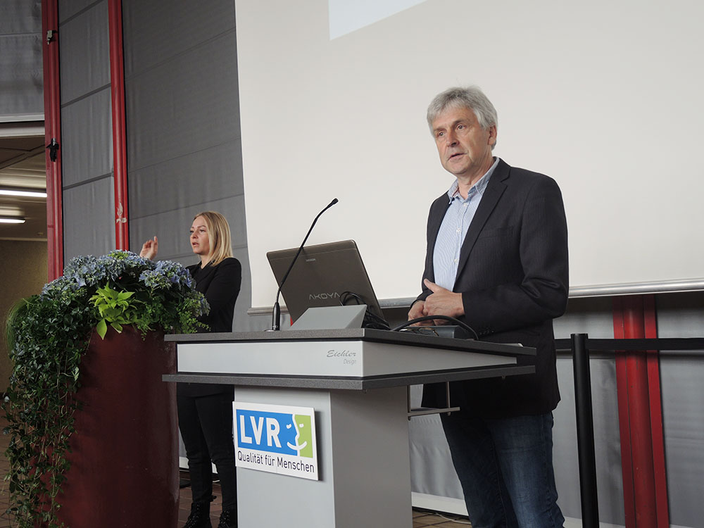 RWB Essen - Abschlussfeier der Abteilung Technik 2019 - Herr Leven begrüßt alle Teilnehmerinnen und Teilnehmer der Abschlussfeier.