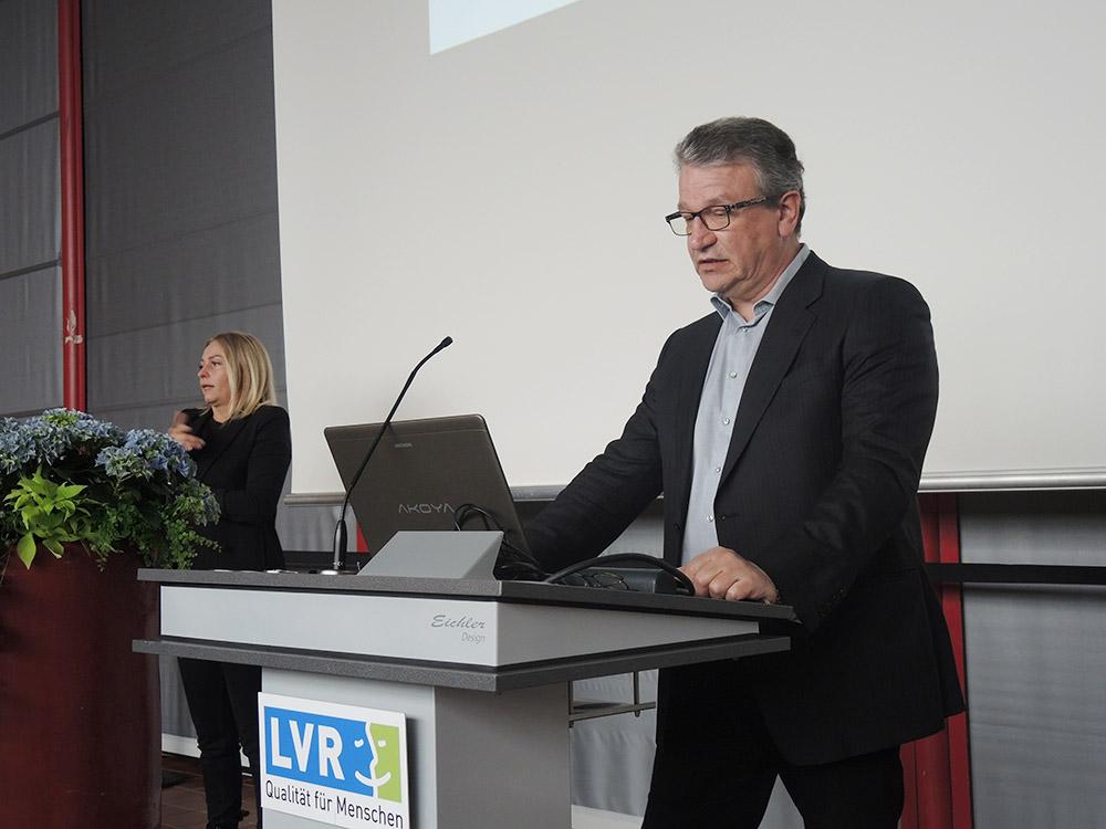 RWB Essen - Abschlussfeier der Abteilung Technik 2019 - Herr Görgen wünscht allen Absolventinnen und Absolventen alles Gute für die berufliche Zukunft.