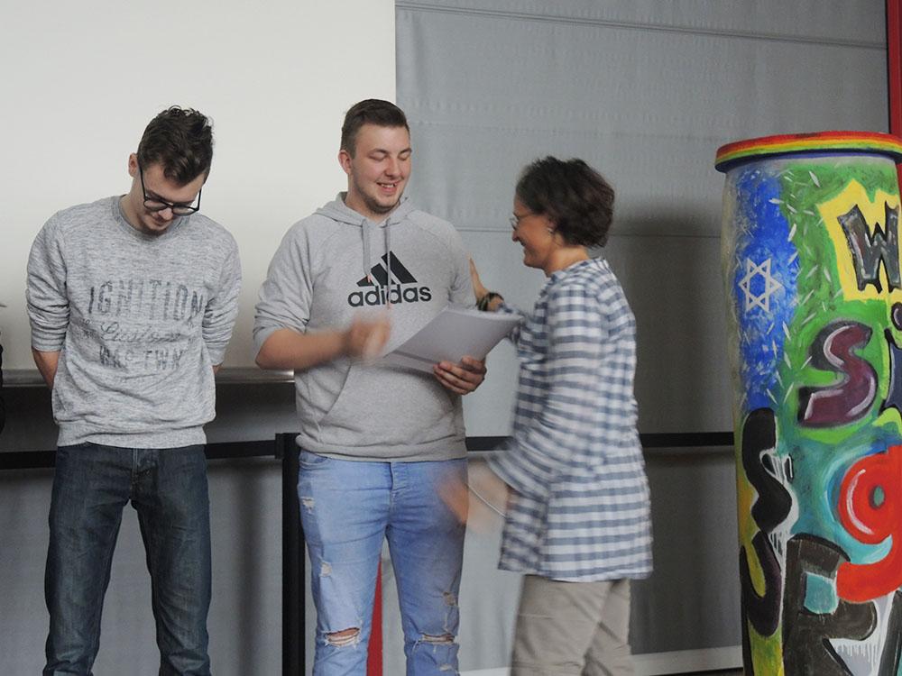 RWB Essen - Abschlussfeier der Abteilung Technik 2019 - Die Absolventinnen und Absolventen im Berufsfeld Bau und Gestaltung bekommen ihre Zeugnisse überreicht.