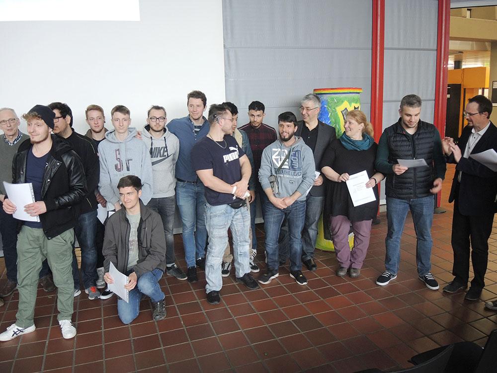 RWB Essen - RWB Essen - Abschlussfeier der Abteilung Technik 2019 - Abschlussfoto aller Schülerinnen und Schüler mit ihren Klassenlehrerinnen und Klassenlehrern.