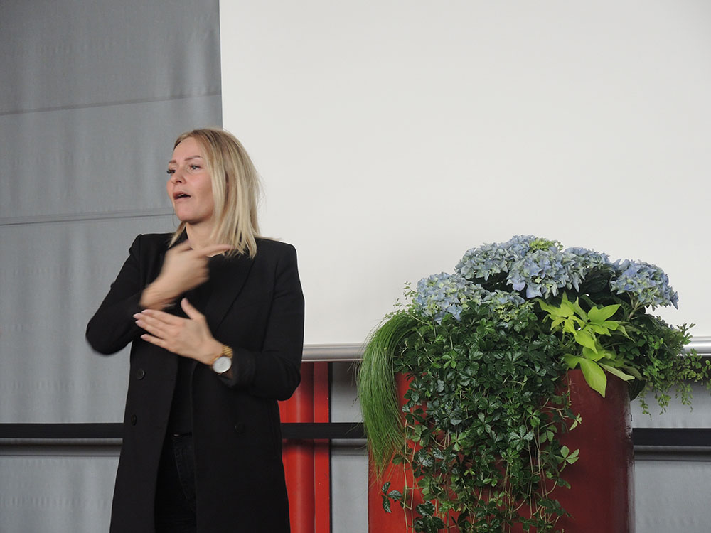 RWB Essen - RWB Essen - Abschlussfeier der Abteilung Technik 2019 - Eine Gebärdensprachdolmetscherin begleitet die gesamte Abschlussfeier.