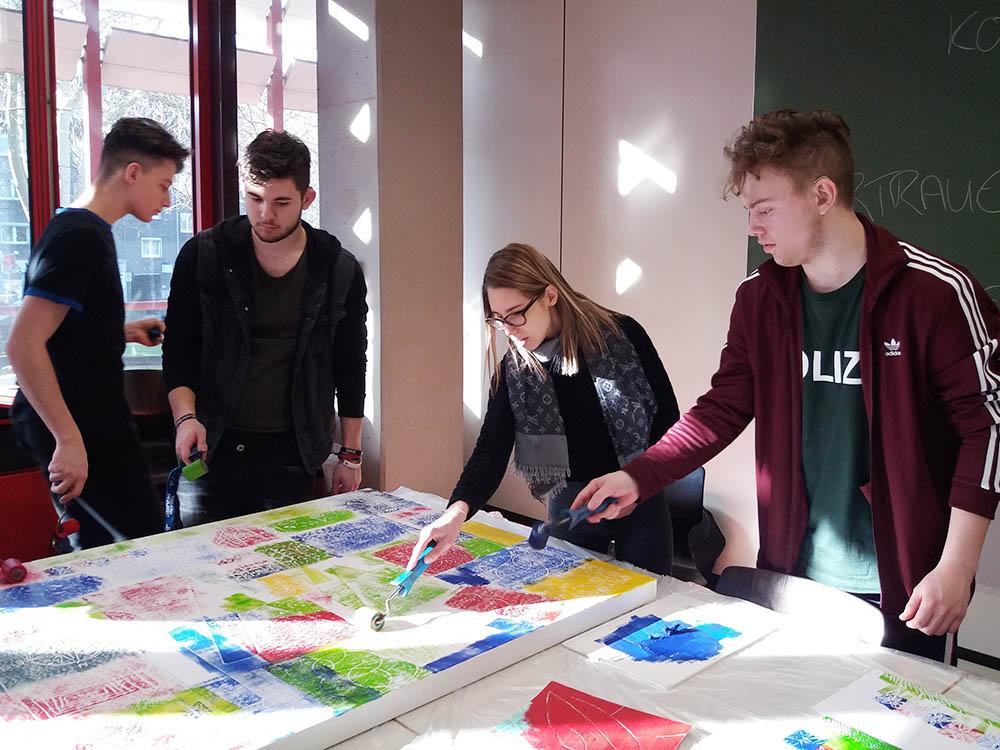 RWB Essen - Kreativer Projekttag in der Abteilung Wirtschaft und Verwaltung - Die Schülerinnen und Schüler arbeiten gemeinsam an einem Kunstwerk.