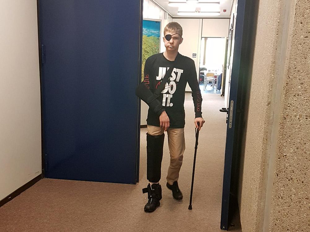 RWB Essen - Projekttag in der Berufsfachschule Gesundheit - Alterssimulation - Verschiedene Bandagen simulieren Schmerzen in den Gelenken.